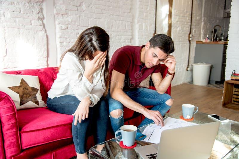 Jong echtpaar met financiënproblemen en emotionele spanning royalty-vrije stock afbeelding