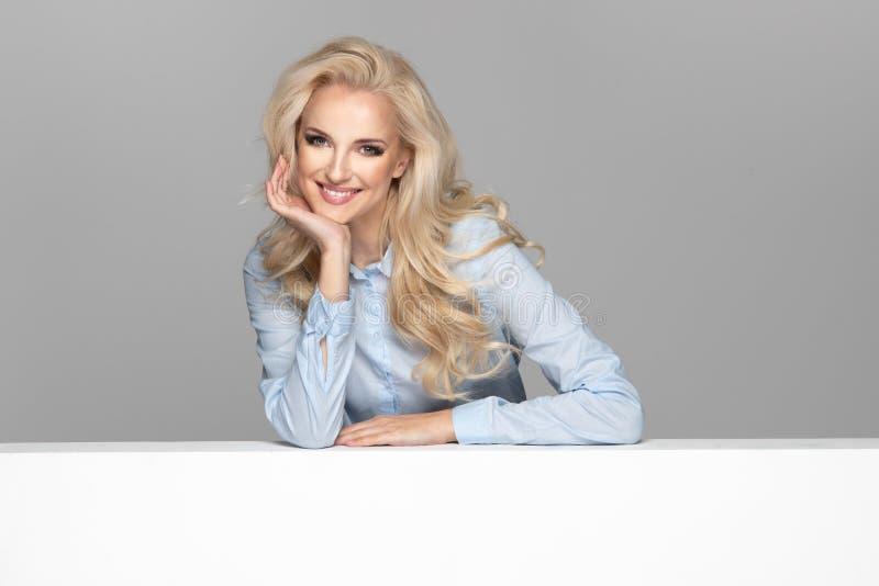 Jong elegant glimlachend meisje royalty-vrije stock afbeeldingen