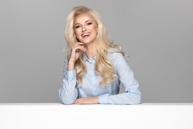 Jong elegant glimlachend meisje royalty-vrije stock foto's