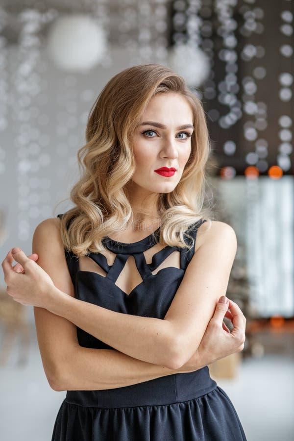 Jong elegant model in zwarte kleren Concept Gelukkig Kerstmis en Nieuwjaar, de winter, partij royalty-vrije stock afbeelding