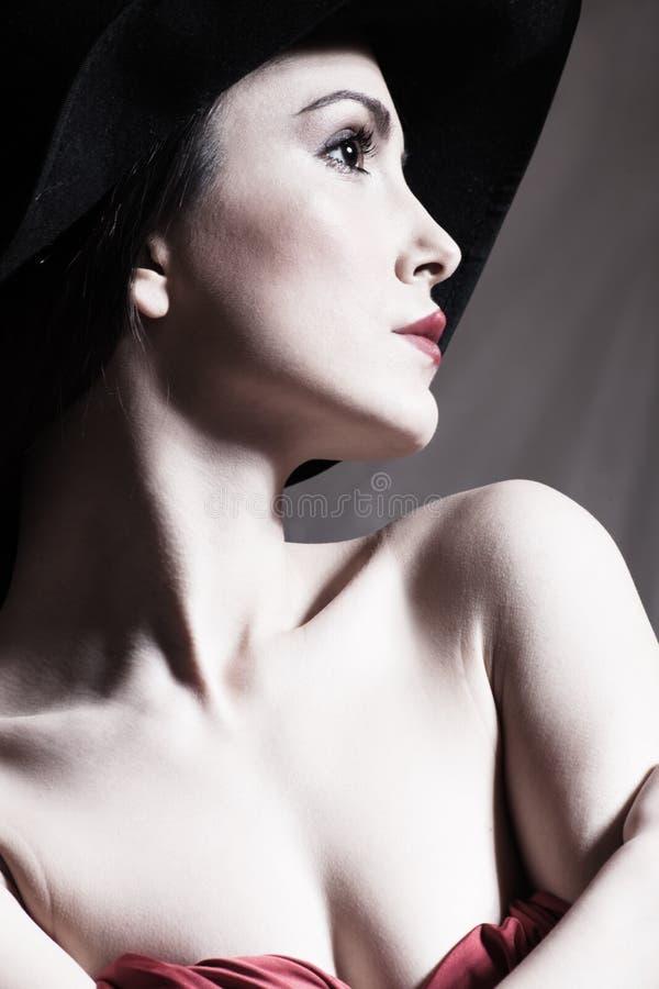 Jong elegant vrouwenportret met hoed stock afbeelding