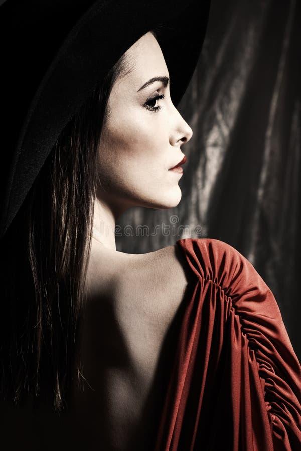 Jong elegant vrouwenportret met hoed stock foto's