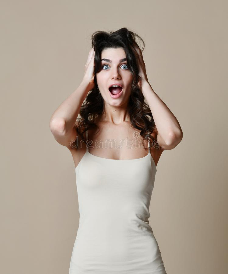 Jong emotioneel verrast vrouwen clasping hoofd in handen Menselijke emoties, gelaatsuitdrukkingconcept stock afbeeldingen