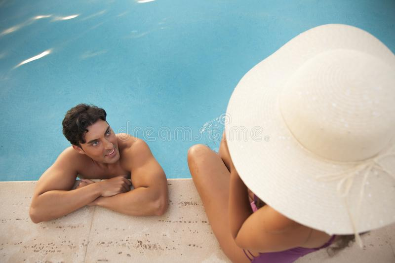 Jong en knap paar die van de hotelpool genieten royalty-vrije stock foto's