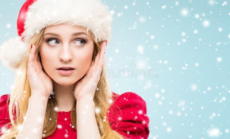 Jong en mooi meisje in een Kerstmishoed Het concept van de winter stock foto's