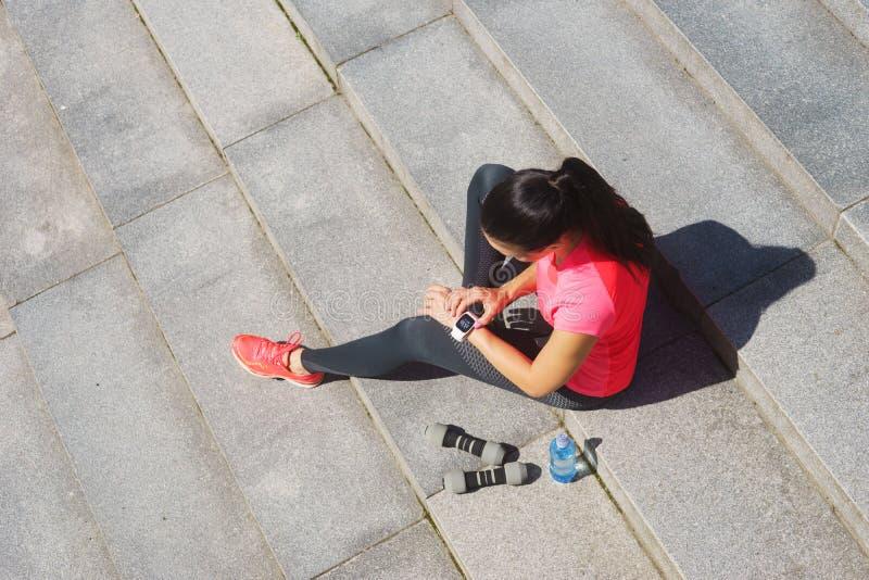 Jong en sportief meisje met een smartwatch royalty-vrije stock afbeeldingen