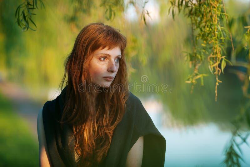 Jong ernstig het gezichts openluchtportret van de roodharige Kaukasisch vrouw in film retro kleuren royalty-vrije stock fotografie