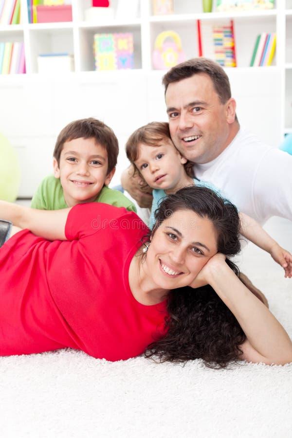 Jong familieportret in hun huis stock fotografie