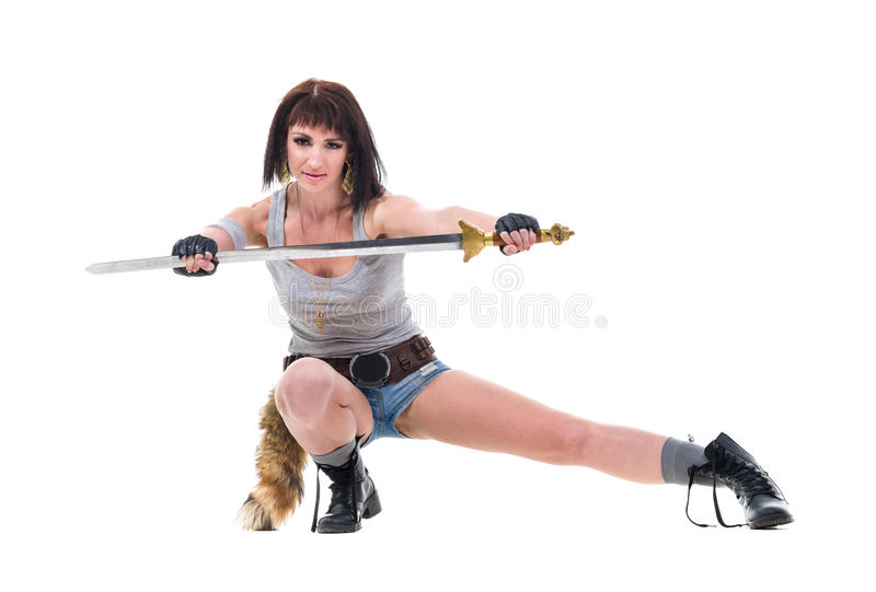Jong geïsoleerd de holdingszwaard van de strijdersvrouw, stock afbeelding