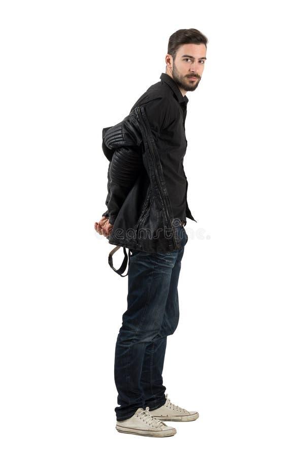 Jong gebaard knap mannelijk model die zwart leerjasje van start gaan royalty-vrije stock foto