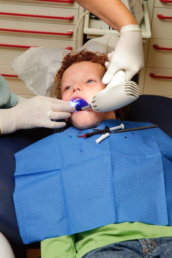 Jong geitje bij tandarts stock afbeeldingen