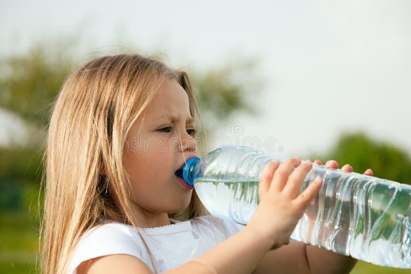 Jong geitje dat gebotteld water drinkt royalty-vrije stock afbeelding