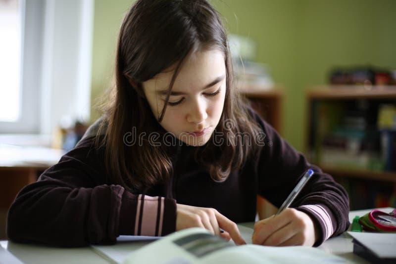 Jong geitje dat thuiswerk doet stock afbeelding