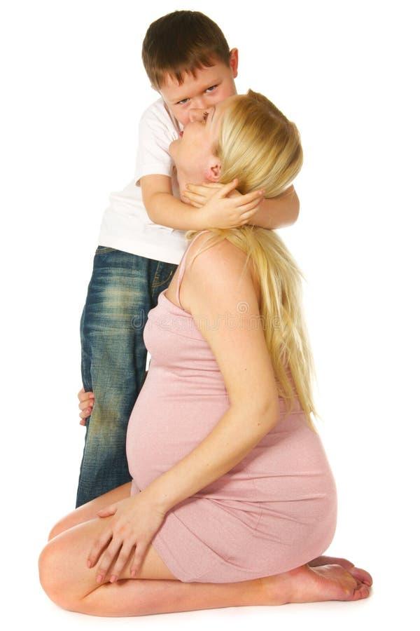 Jong geitje dat zijn zwangere moeder koestert royalty-vrije stock foto
