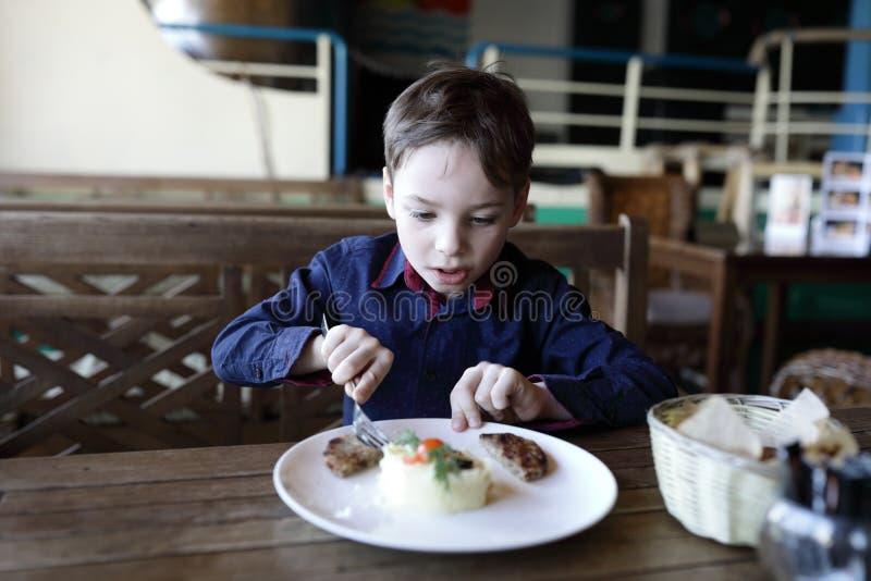 Jong geitje die fijngestampte aardappels eten stock afbeeldingen