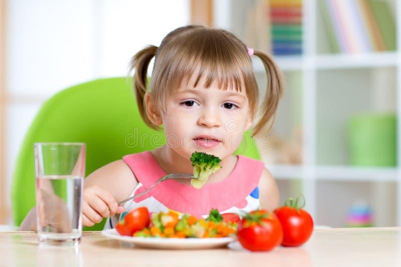 Jong geitje die gezond voedsel in kleuterschool eten of thuis royalty-vrije stock foto