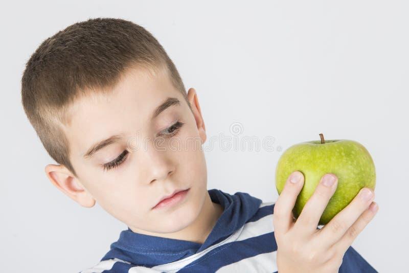 Jong geitje die groene appel houden stock fotografie