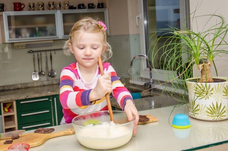 Jong geitje die in keuken helpen royalty-vrije stock afbeelding