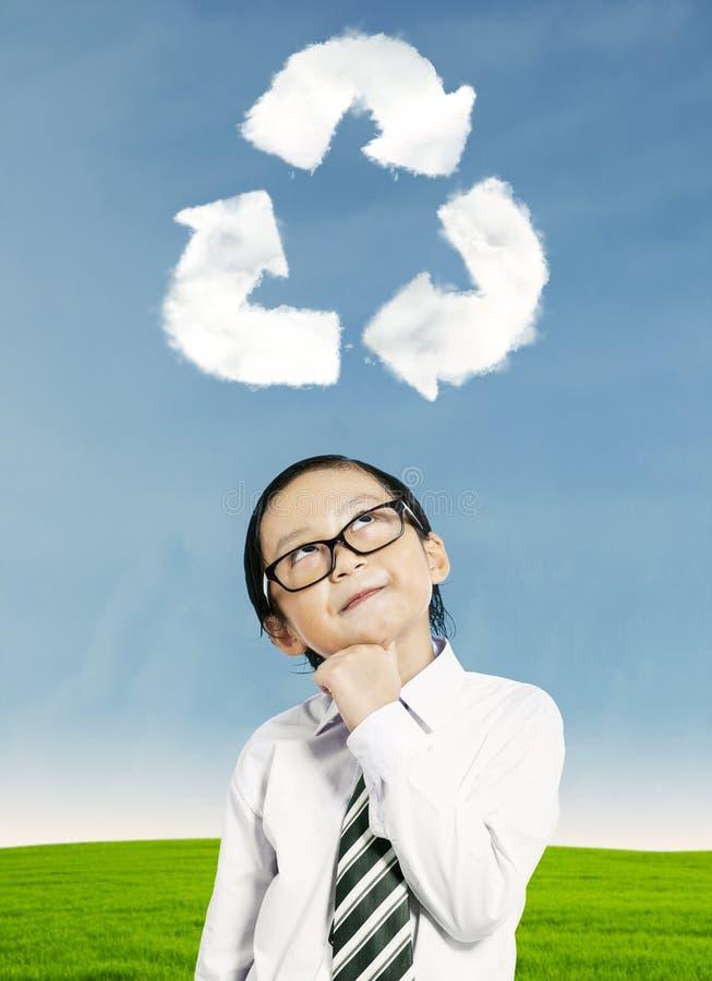 Jong geitje die over recycling denken stock foto's