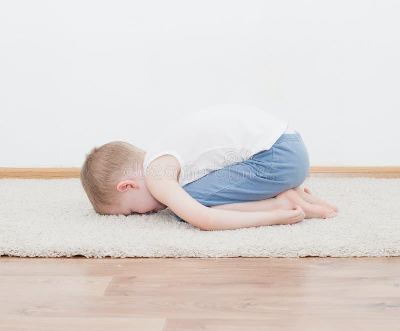 Jong geitje die yoga ontspannende oefening doen stock afbeeldingen
