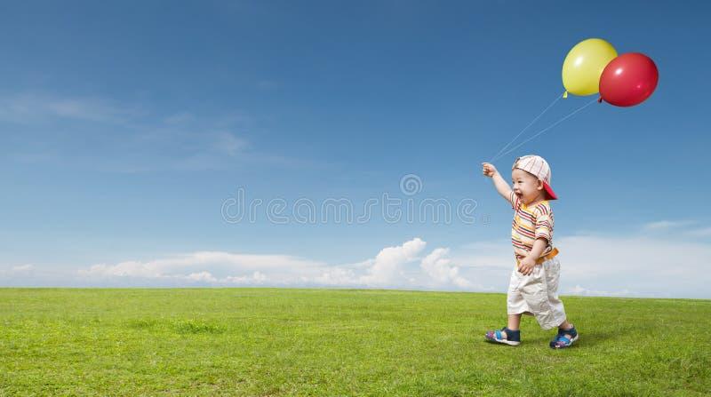 Jong geitje en ballon stock afbeeldingen