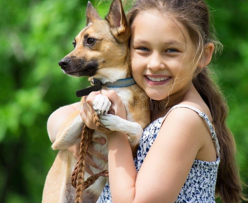 Jong geitje en een hond royalty-vrije stock fotografie