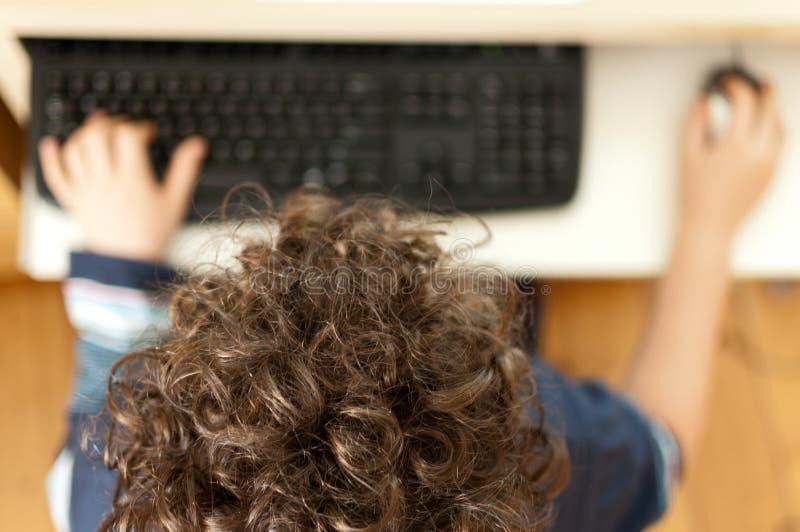 Jong geitje gebruikend computer royalty-vrije stock foto