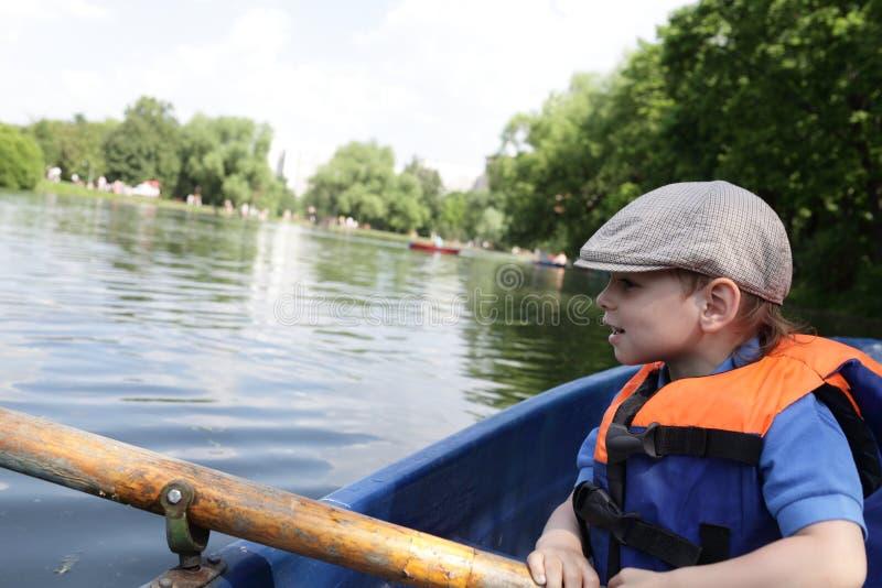 Jong geitje het roeien boot stock foto's