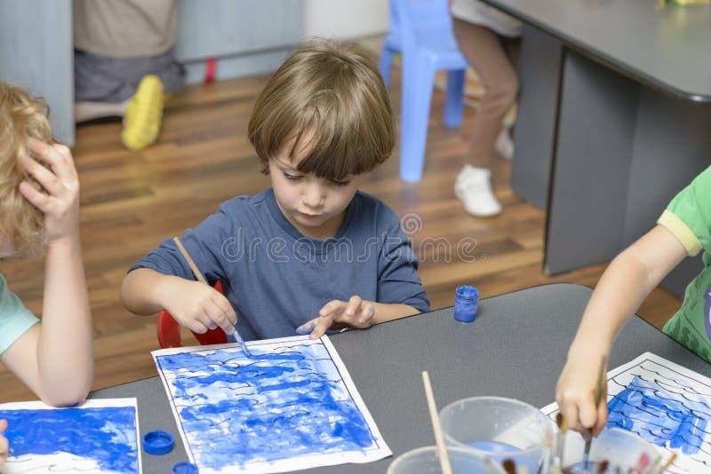 Jong geitje het Schilderen bij Kleuterschool royalty-vrije stock afbeeldingen