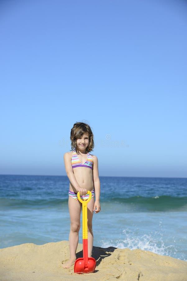 Jong geitje het spelen met strandspeelgoed in het zand royalty-vrije stock fotografie
