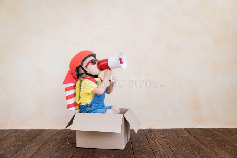 Jong geitje het spelen met stuk speelgoed raket thuis royalty-vrije stock foto