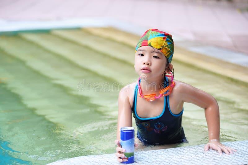 Jong geitje in het zwembad stock foto