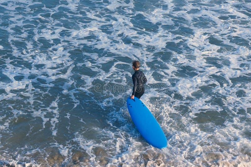Jong geitje met blauwe surfende raad royalty-vrije stock foto