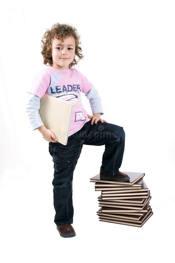 Jong geitje met boeken stock afbeeldingen