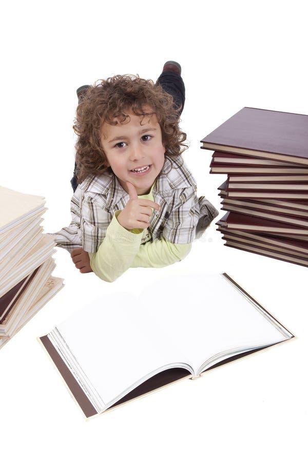 Jong geitje met boeken stock foto