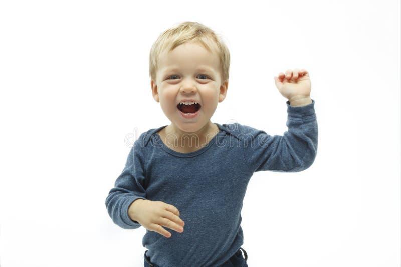 Jong geitje met grappige open de handvingers van het uitdrukkingsgebaar op witte achtergrond winnende babyjongen royalty-vrije stock foto