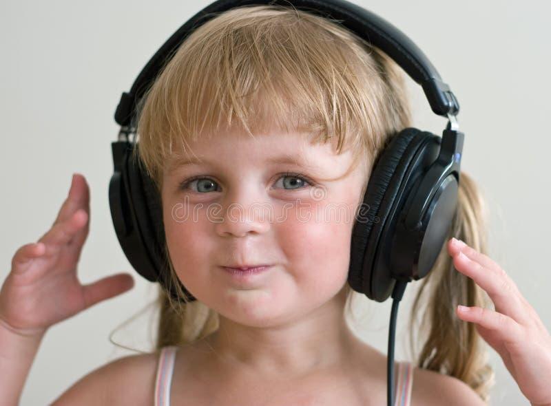 Jong geitje met hoofdtelefoons royalty-vrije stock afbeeldingen