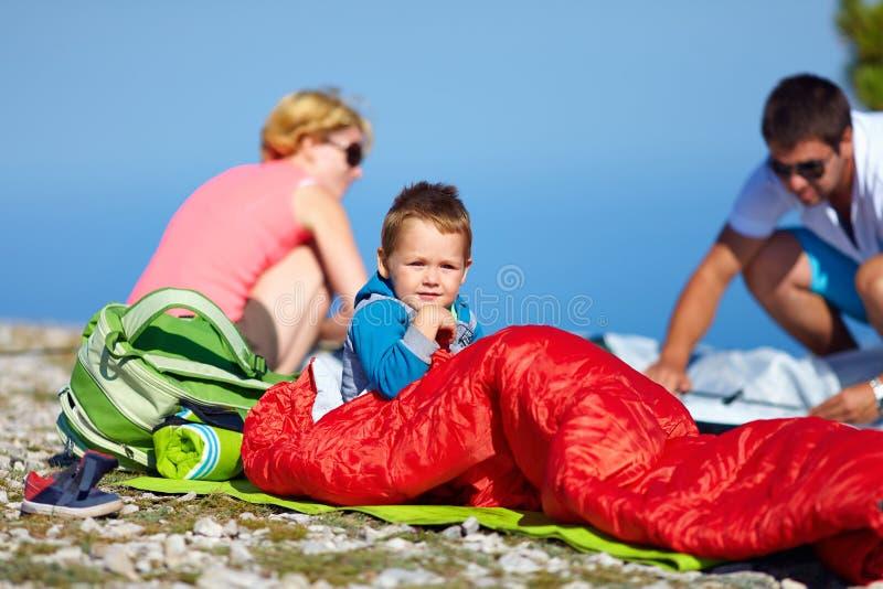 Jong geitje met ouders die in bergen kamperen stock afbeeldingen