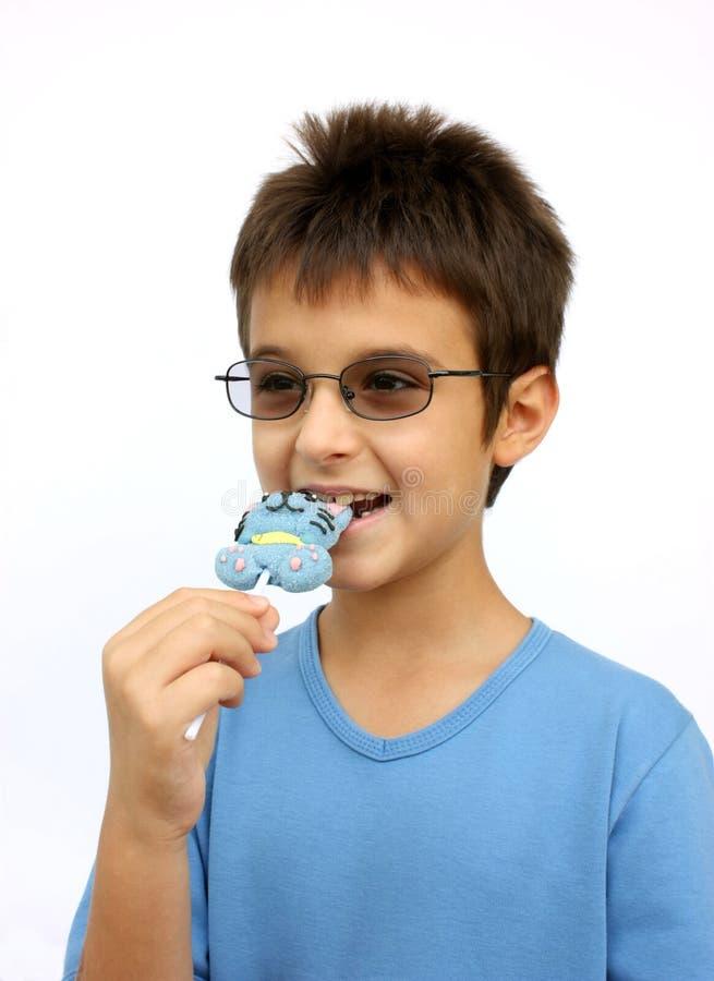 Jong geitje met suikergoed stock foto's