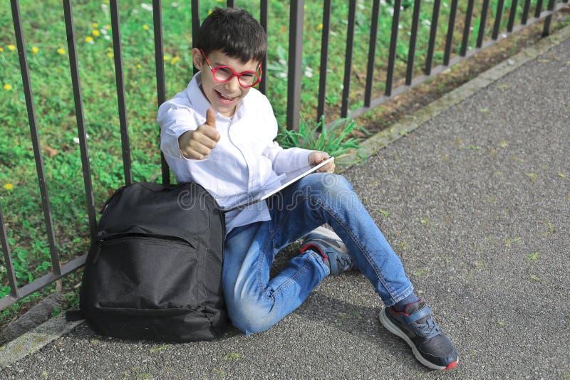 Jong geitje met Tablet stock foto