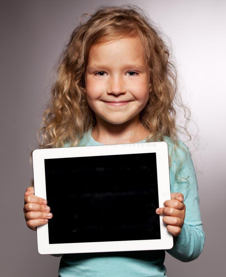 Jong geitje met tabletcomputer stock foto's