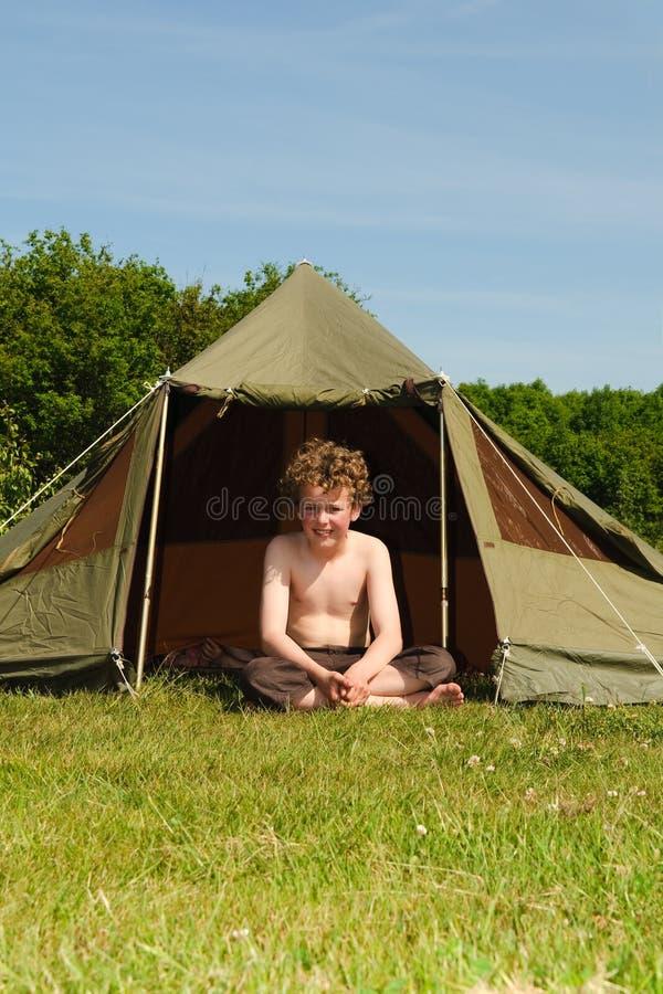 Jong geitje met Tent stock afbeelding
