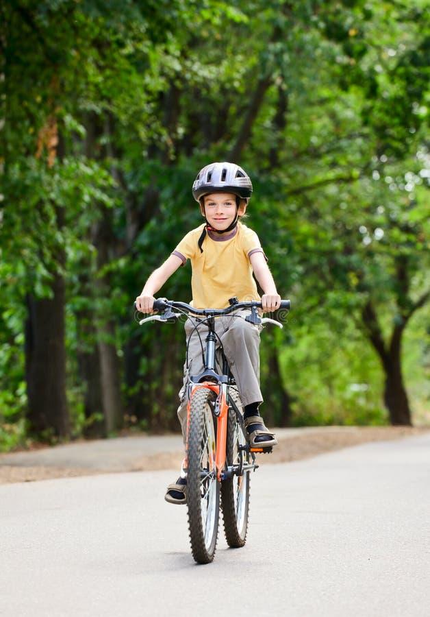 Jong geitje op een fiets royalty-vrije stock foto's