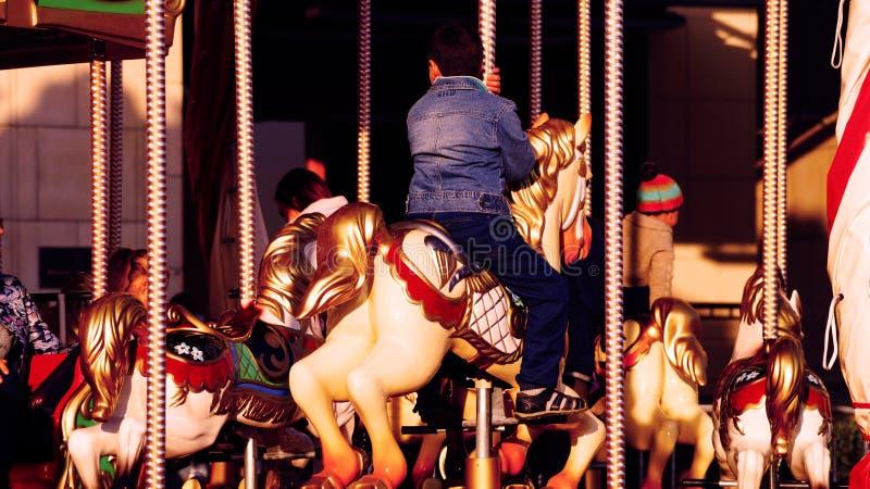 Jong geitje op het paard op carrousel stock foto's