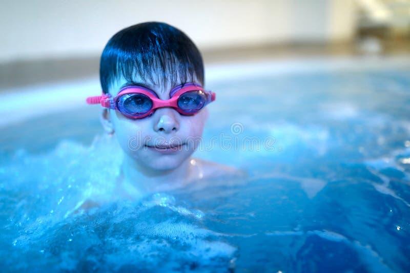 Jong geitje in pool stock fotografie