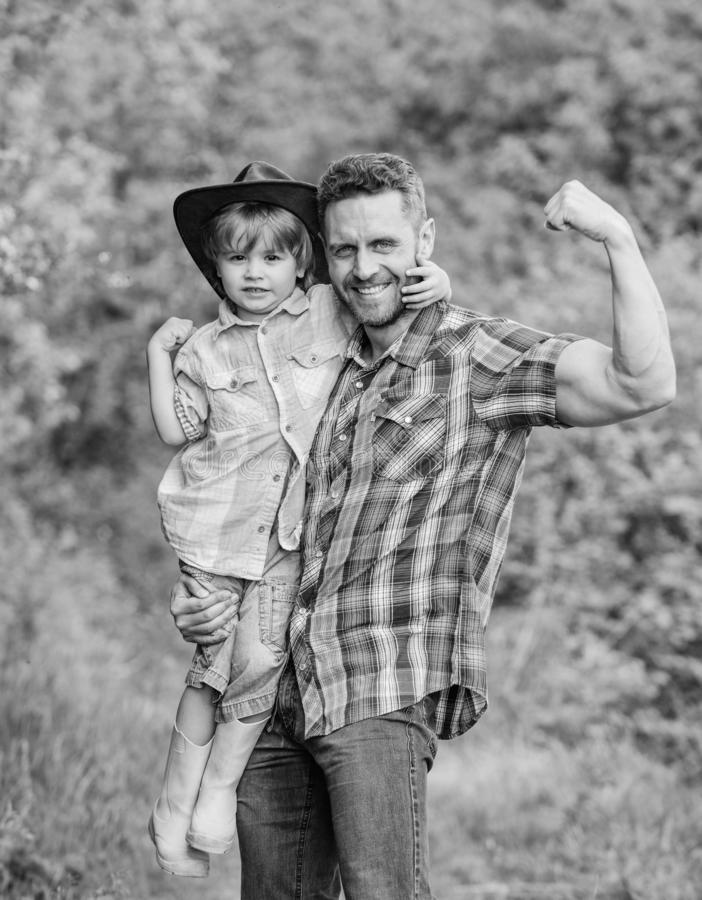jong geitje in rubberlaarzen gelukkige papa in bosmens en aard Familiedag Gelukkige Aardedag Ecolandbouwbedrijf kleine jongenshul royalty-vrije stock fotografie