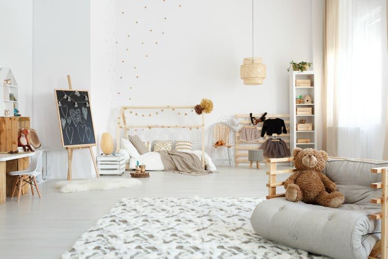 Jong geitje` s modieuze slaapkamer stock foto