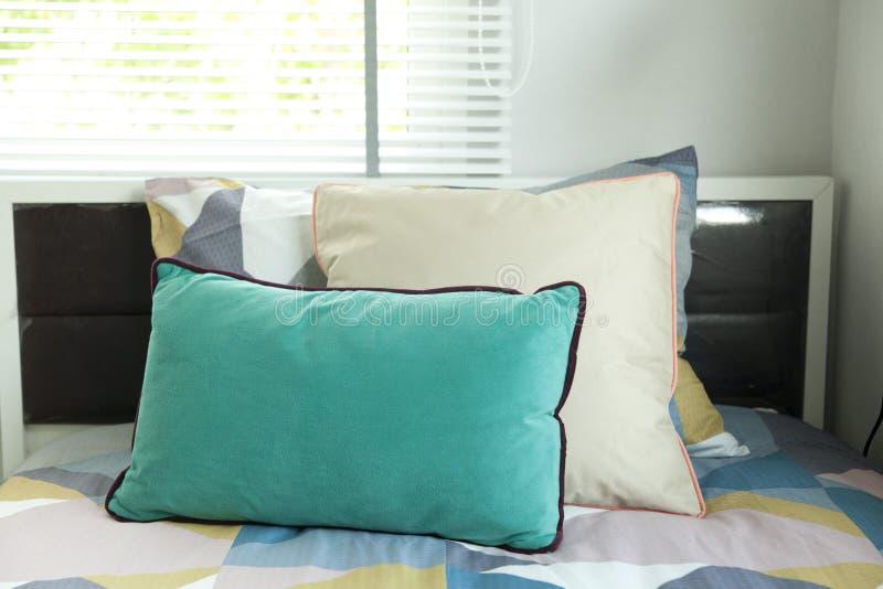 Jong geitje` s slaapkamer met comfortabel bed en reeks hoofdkussens stock foto