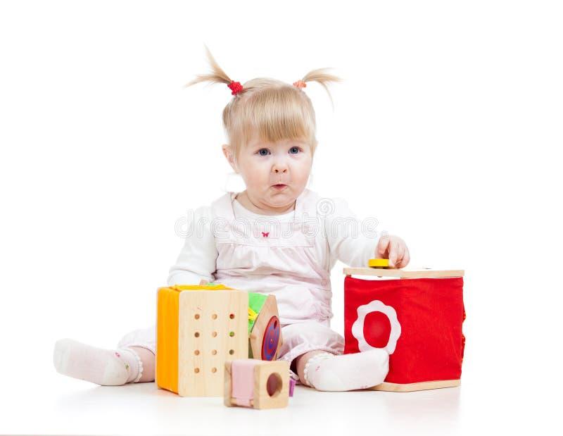 Jong geitje speelstuk speelgoed blokken stock foto's