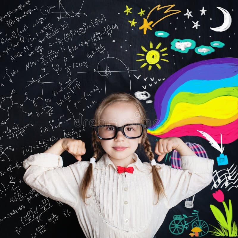 Jong geitje van schoolleeftijd op kunsten en wetenschapsachtergrond royalty-vrije stock afbeelding